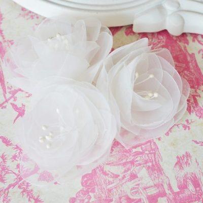 Trzy białe kwiaty