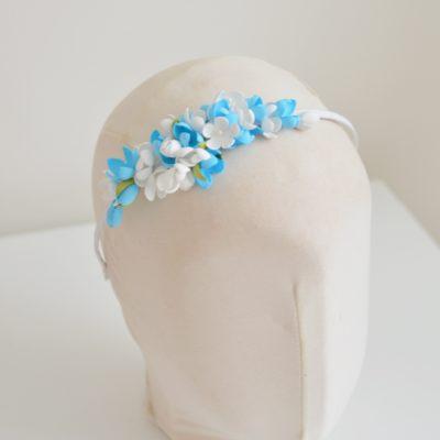 Opaska z kwiatkami biało – niebieskimi